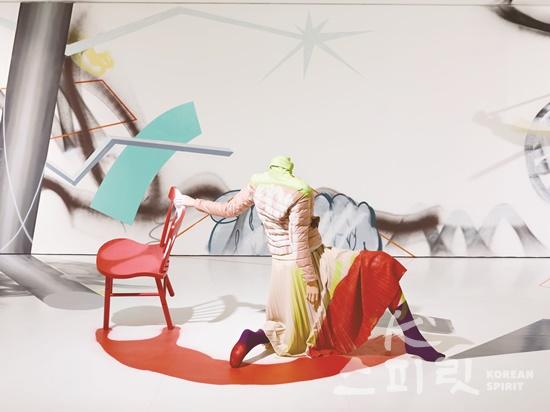 최태훈,  명령↔자동반사,  120x160x110cm,  마네킹에 의복, 등받이 의자,  2020. [사진제공=페리지갤러리]