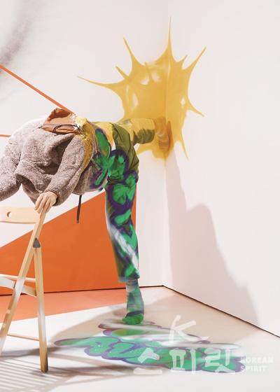 최태훈,  관성↔저항_ 115x250x50cm,  마네킹에 의복, 접이식 의자,  2020. [사진제공=페리지갤러리]