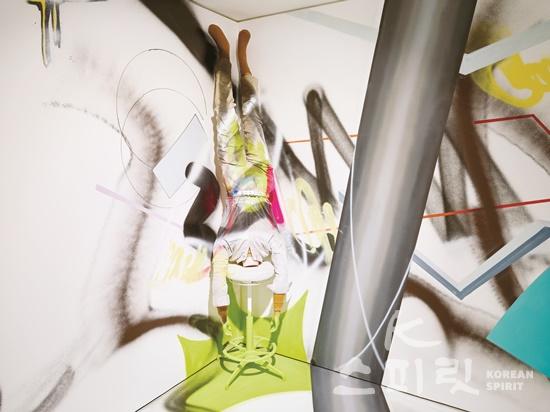 최태훈,  고정↔이동,  235x55x60cm,  마네킹에 의복, 스탠딩 의자,  2020.[사진제공=페리지갤러리]