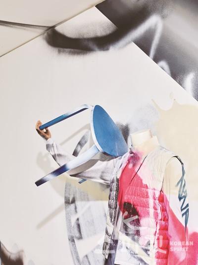 최태훈,  정의↔번역,  190x125x45cm,  마네킹에 의복, 스툴,  2020(상세이미지). [사진제공=페리지갤러리]